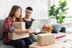 Пары подготавливают продукты картонных коробок для их небольшого бушеля стоковые фото