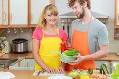 Пары подготавливая салат еды свежих овощей Стоковые Фото