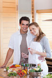 Пары подготовляя еду совместно Стоковое Фото