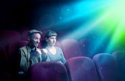 Пары подростка смотря кино стоковое фото