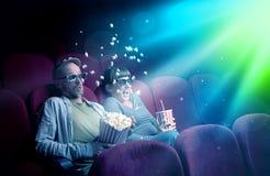 Пары подростка смотря кино стоковое изображение