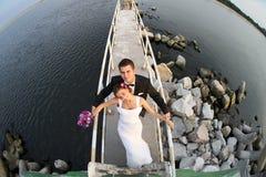 пары поженились детеныши взгляда моря стоковая фотография rf