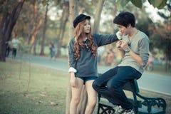Пары, понимают один другого, воюют, тренируют, между природой Стоковые Фотографии RF