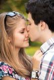 Пары портрета счастливые молодые подростковые стоковая фотография