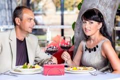 Пары постаретые серединой в кафе стоковые фото