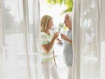 Пары постаретые серединой провозглашать каннелюры Шампани Стоковые Фотографии RF