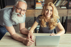 Пары постаретые серединой работая на компьтер-книжке совместно Стоковые Фото
