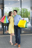 Пары после ходить по магазинам Стоковая Фотография RF