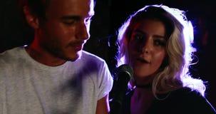 Пары поя песню совместно 4k акции видеоматериалы