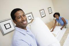 Пары подготавливая их кровать стоковые изображения