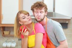 Пары подготавливая салат еды свежих овощей Стоковая Фотография