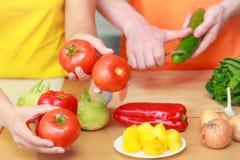 Пары подготавливая салат еды свежих овощей Стоковое фото RF
