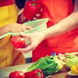 Пары подготавливая салат еды свежих овощей Стоковая Фотография RF
