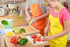 Пары подготавливая салат свежих овощей Диета Стоковое Фото