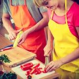 Пары подготавливая салат свежих овощей Диета Стоковые Изображения