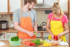 Пары подготавливая салат свежих овощей Диета Стоковая Фотография RF