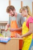 Пары подготавливая салат свежих овощей Диета Стоковое Изображение RF