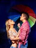 Пары под дождем с зонтиком Стоковые Изображения RF