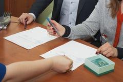 Пары подписали их первый документ Стоковые Изображения RF