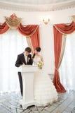 Невеста и groom подписывая документ венчания Стоковые Фотографии RF