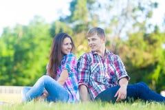 Пары подростка в парке Стоковая Фотография RF