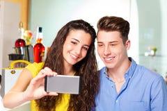 Пары подростка принимая sefie Стоковая Фотография RF