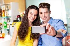 Пары подростка принимая sefie Стоковые Фото