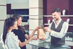 Пары подруги покупая присутствующие в ювелирном магазине Стоковое фото RF