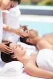 Пары получая головной массаж от masseur стоковое изображение rf