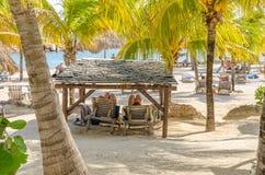 Пары получили в шатре на пляже Стоковые Изображения