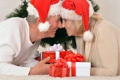 пары празднуя рождество дома Стоковое Изображение RF