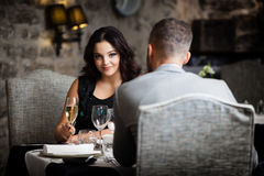 Пары празднуя в ресторане стоковое изображение rf