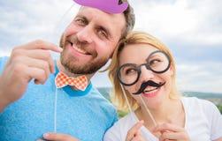 Пары представляя с предпосылкой неба упорок партии Упорки будочки фото Человек с бородой и женщина имея партию потехи Добавьте не стоковые изображения rf