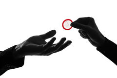 пары презерватива давая руки укомплектовывают личным составом женщину Стоковые Изображения RF