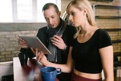 Пары предпринимателя обсуждают дело Стоковые Фотографии RF
