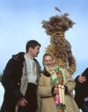 Пары приближают к чучелу соломы Стоковая Фотография