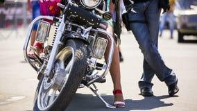 Пары приближают к холодному мотоциклу сток-видео