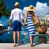 Пары приближают к poolside стоковые фотографии rf