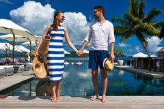 Пары приближают к poolside стоковое изображение