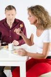 Пары принимая перерыв на чашку кофе Стоковые Фото