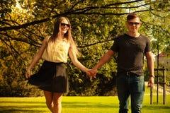 Пары принимая прогулку через парк Стоковое Изображение
