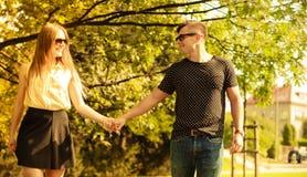 Пары принимая прогулку через парк Стоковая Фотография
