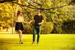 Пары принимая прогулку через парк Стоковые Фото