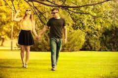 Пары принимая прогулку через парк Стоковое фото RF