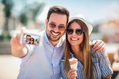 Пары принимая фотоснимок selfie в городе стоковое изображение