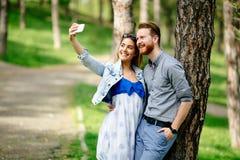 Пары принимая selfie в природе стоковые фотографии rf