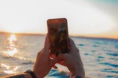 Пары принимая selfie на береге моря стоковая фотография rf
