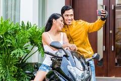 Пары принимая selfie с мотоциклом стоковая фотография