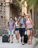 Пары при багаж идя город Стоковое Изображение RF