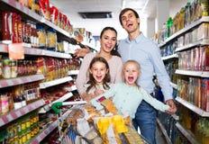 Пары при дети покупая еду в гипермаркете стоковое фото rf